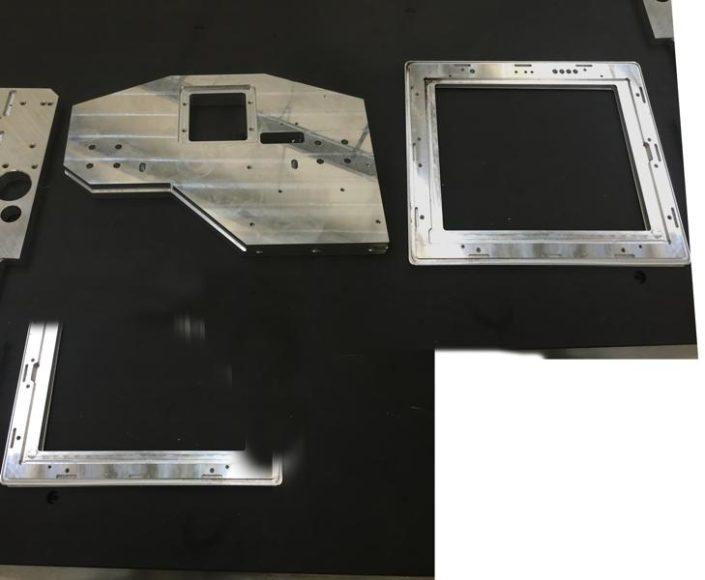 Piastra 800x800 sp. 30mm con lavorazioni su piano verticale
